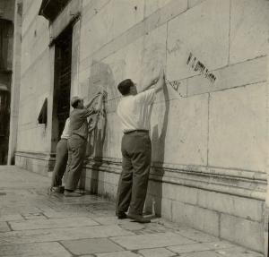 """Ragghianti mentre gira a Lucca il critofilm """"Lucca citta' comunale"""" (1955)"""